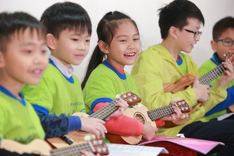 Children benefited from CSPS programmes play ukulele at the commendation ceremony.