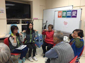 Student volunteers of CSPS programmes share with elderlies living in Kowloon City about body pain-tackling knowledge.