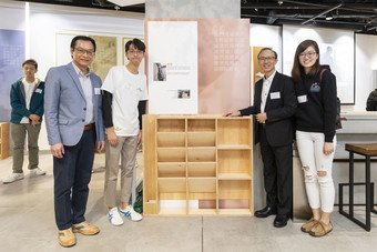 URA Board member, Dr Lawrence Poon (second from right), and Managing Director of URA, Ir Wai Chi-sing (left) take a look at the furniture tailor-made by the volunteers for the underprivileged families in old districts.