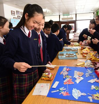 The participating students organise Urban Renewal Day at their schools to share knowledge with their fellow schoolmates through creative and interactive activities.